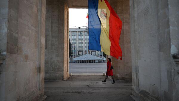 Молдавска застава испод Тријумфалне капије у Кишињеву - Sputnik Србија