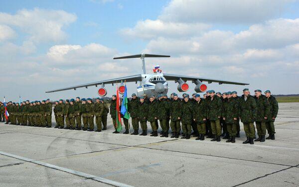 Војници Србије, Русије и Белорусије испред иљушина на војном аеродрому у Батајници - Sputnik Србија