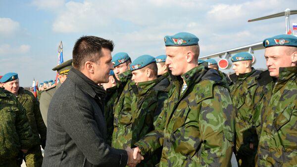 Ministrar odbrane Srbije Zoran Đođević se pozdravlja sa vojnicima Belorusije na aerodromu u Batajnici. - Sputnik Srbija