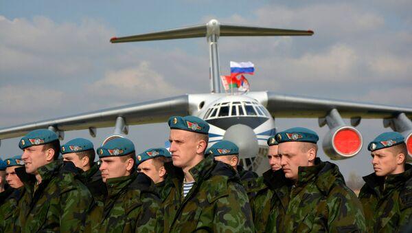 Vojnici Belorusije ispred iljušina na aerdormu u Batajnici. - Sputnik Srbija