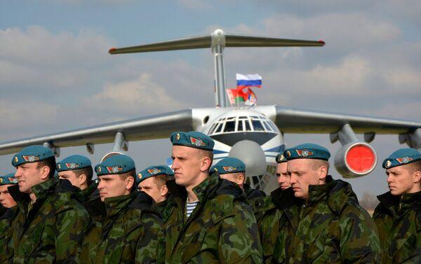 Војници Белорусије испред иљушина на аердорму у Батајници. - Sputnik Србија
