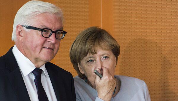 Министар спољних послова Немачке Франк-Валтер Штајнмајер и немачка канцеларка Ангела Меркел на састанку кабинета у Берлину - Sputnik Србија
