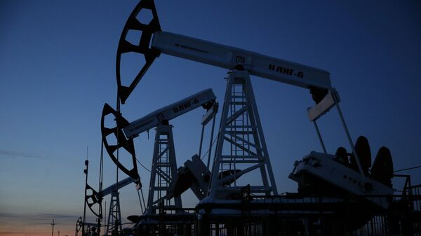 Naftne pumpe kompanije Lukoil u zapadnom sibirskom gradu Kogalim u Rusiji - Sputnik Srbija