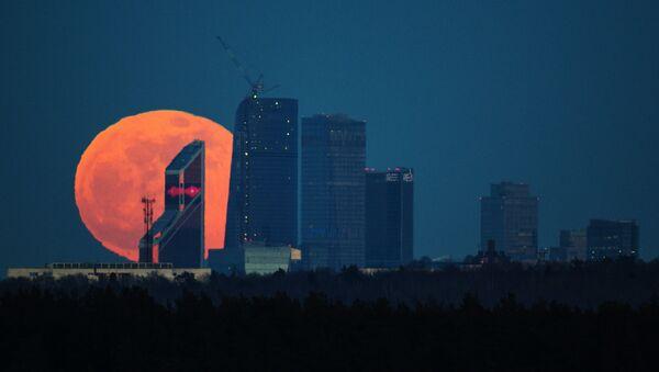 Pun mesec iznad poslovnog centra u Moskvi - Sputnik Srbija