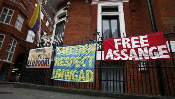 Transparenti i plakati postavljeni ispred ambasade Ekvadora u Londonu u znak podrške osnivaču Vikiliksa Džulijanu Asanžu - Sputnik Srbija