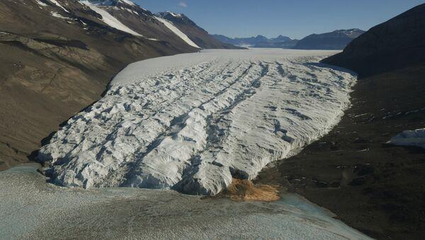 Глечер Тајлор у близини станице Макмурдо на Антарктику сликано 11. новембра 2016. године. - Sputnik Србија