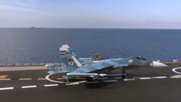 Ловац Су-33 пре полетања са палубе крстарице Адмирал Кузњецов у близини сиријске обале - Sputnik Србија