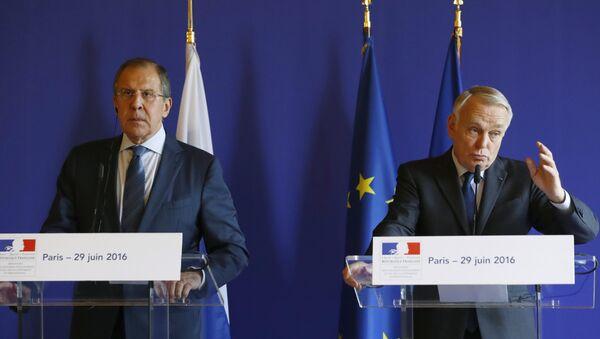 Šefovi diplomatija Rusije i Francuske Sergej Lavrov i Žan-Mark Ero na konferenciji za medije u Parizu - Sputnik Srbija
