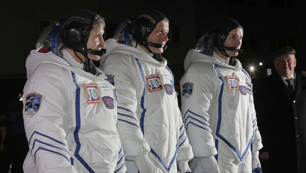 Astronaut NASA-e Pegi Vitson, ruski kosmonaut Oleg Novicki i francuski astronaut Tomas Peske pred poletanje na Međunarodnu svemirsku stanicu - Sputnik Srbija