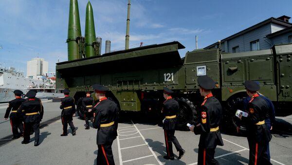 Воспитанники Уссурийского суворовского военного училища осматривают ракетный комплекс Искандер-М на церемонии открытия Международного военно-технического форума АРМИЯ-2016 во Владивостоке - Sputnik Србија