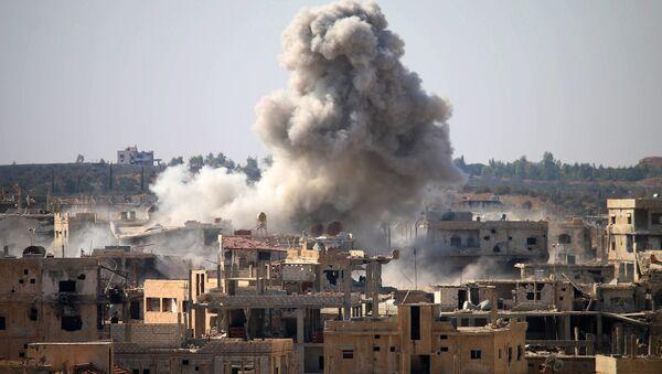 Дим се вије након ваздушног напада снага сиријске војске на област Даре коју држе терористи на југу Сирије - Sputnik Србија