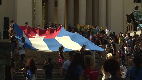 Хавански студенти истакли заставу Кубе у знак сећања на Кастра - Sputnik Србија
