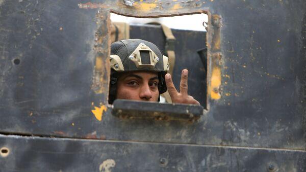 Irački vojnik tokom borbe protiv DAEŠ-a u Mosulu - Sputnik Srbija