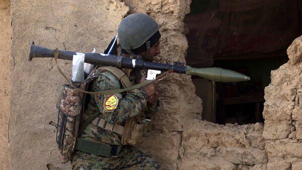 Irački vojnik iz šiitske paravojne grupe Hašed el šabi (snage Narodne mobilizacije) tokom operacije oslobođenja Mosula od terorističke grupe DAEŠ - Sputnik Srbija