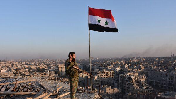Sirijski vojnik posmatra Alep - Sputnik Srbija