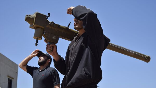 Sirijski pobunjenici drže FN-6 prenosivi protivvazdušni sistem u predgrađu Homsa - Sputnik Srbija