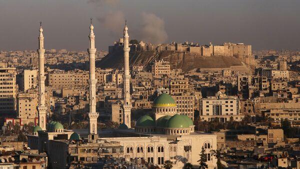 Dim od eksplozije u Starom gradu u Alepu, najvećem gradu u Siriji. - Sputnik Srbija