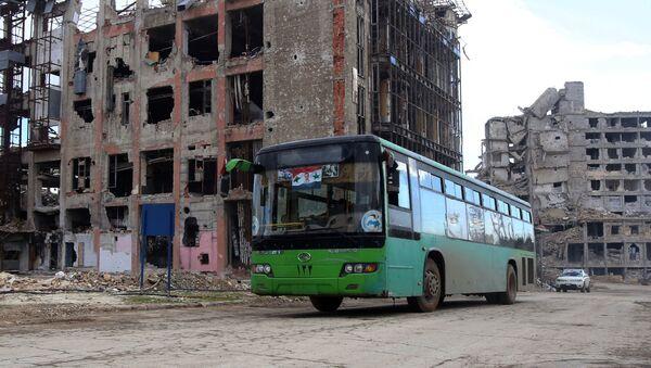 Ruševine i zapaljen autobus u Alepu, Sirija - Sputnik Srbija