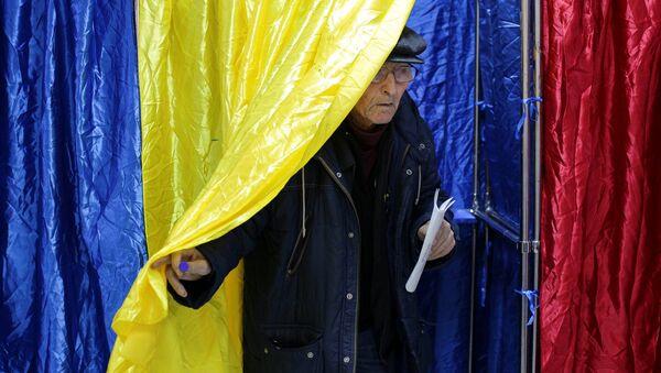 Гласач излази са биралишта на парламентарним изборима у Румунији. - Sputnik Србија