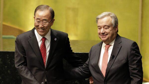 Dosadašnji generalni sekretar UN Ban Ki Mun i novoizabrani generalni sekretar Antonio Gutereš na ceremoniji polaganja zakletve u sedištu UN - Sputnik Srbija