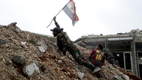 Sirijski vojnik zabada zastavu u Alepu - Sputnik Srbija