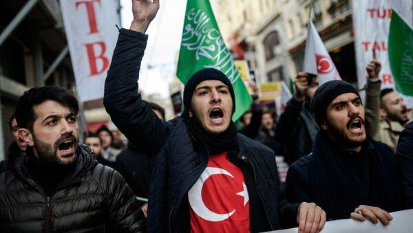 Demonstranti uzvikuju parole protiv Rusije i zvaničnog sirijskog režima tokom demonstracija ispred ruskog konzulata 4. decembra 2016. godine u Istanbulu. - Sputnik Srbija