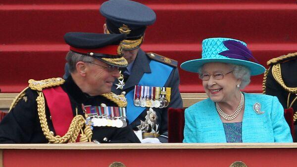 Енглески генерал сер Дејвид Ричардс поред британске краљице Елизабете Друге - Sputnik Србија