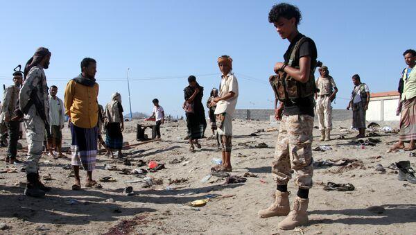 Људи се окупљају након самоубилачког напада у Адену у Јемену - Sputnik Србија