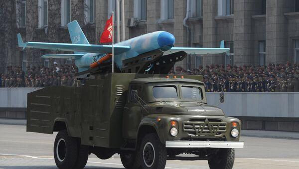 Камион превози модел беспилотне летелице на војној паради у част 100. рођендана оснивача Северне Кореје Ким Ил Сунга у Пјонгјангу - Sputnik Србија