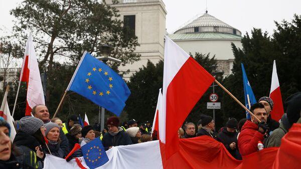 Demonstranti mašu zastavama Poljske i EU na protestu u Varšavi - Sputnik Srbija