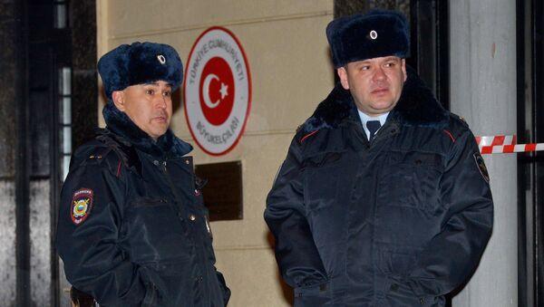 Припадници полиције поред зграде амбасаде Турске у Москви - Sputnik Србија