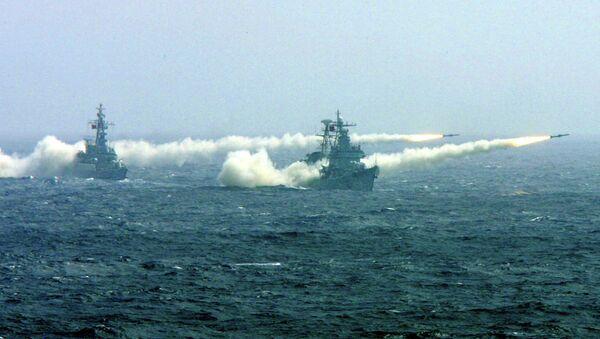 Dva broda kineske ratne mornarice u Južnom kineskom moru ispaljuju rakete na jednoj od vojnih vežbi. - Sputnik Srbija