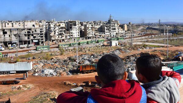 Sirijska deca posmatraju evakuaciju stanovništva iz istočnog Alepa - Sputnik Srbija