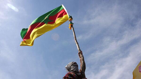 Маскирани Курд са заставом ПКК - Sputnik Србија
