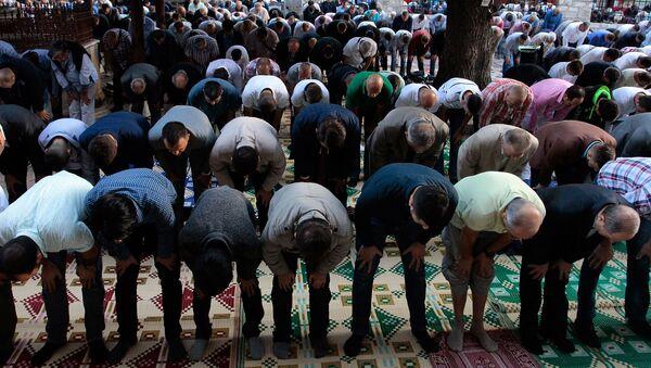 Муслимански верници приком молитве у Сарајеву - Sputnik Србија