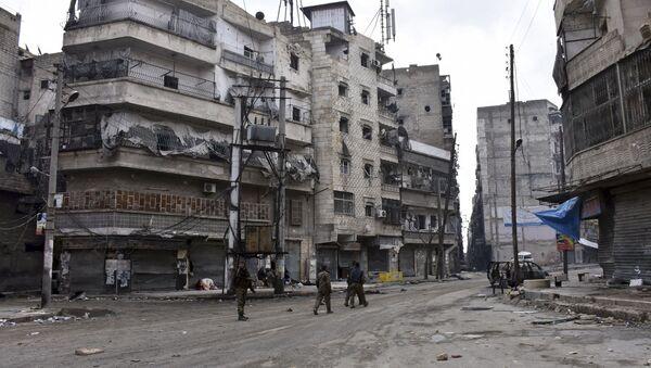 Sirijske trupe marširaju kroz ulice istočnog Alepa. - Sputnik Srbija