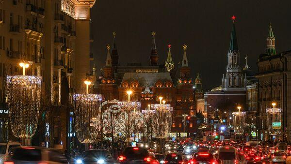 Tverska ulica u Moskvi ukrašena za Novu godinu - Sputnik Srbija