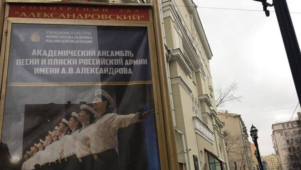 """Ljudi okupljeni ispred zgrade Akademskog ansambla pesme i igre ruske vojske """"Aleksandrov"""" u Moskvi. Avion Ministarstva odbrane Rusije Tu-154 u kome su se nalazili članovi ansambla srušio se nakon poletanja iz Sočija. - Sputnik Srbija"""