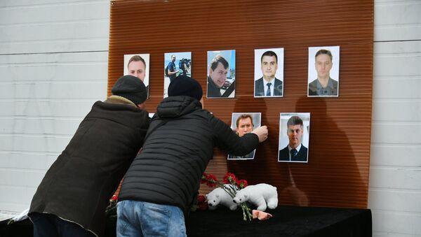 Постављање фотографија на обележју у знак сећања на новинаре погинуле у несрећи Ту-154 руског Министарства одбране - Sputnik Србија