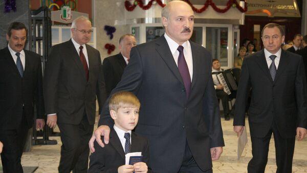 Белоруски председник Александар Лукашенко са својим сином Николајем - Sputnik Србија