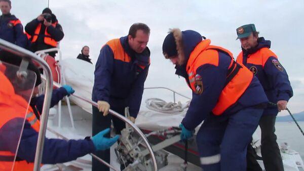 Spasioci u potrazi za telima poginulih u padu aviona Tu-154 u Crnom moru. - Sputnik Srbija