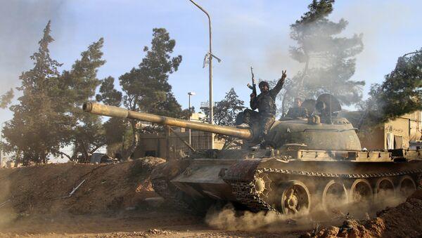 Pripadnik sirijske vojske sedi na tenku u sirijskoj provinciji Raka - Sputnik Srbija