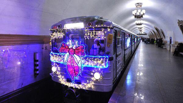Воз у московском метроу украшен за прославу Нове године - Sputnik Србија