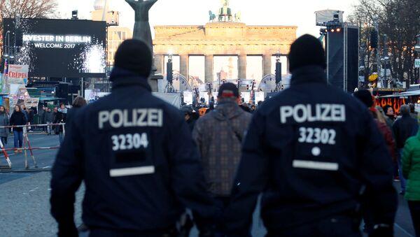 Nemačka policija patrolira ispred Brandenburške kapije - Sputnik Srbija
