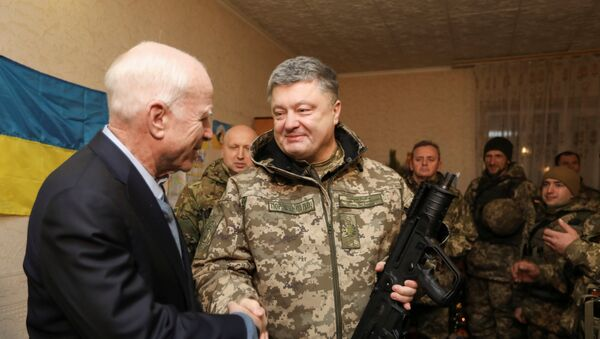 Ukrajinski predsednik Petro Porošenko i senator Džon Mekejn - Sputnik Srbija