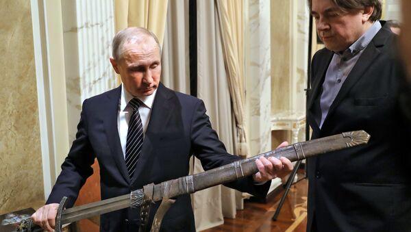 Ruski predsednik Vladimir Putin sa mačem kneza Vladimira iz filma Viking - Sputnik Srbija