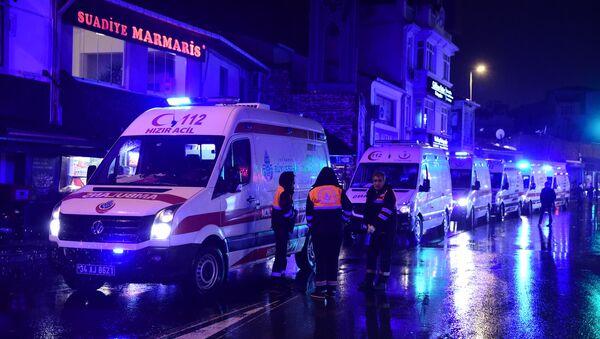 Ambulantna kola ispred mesta terorističkog napada u Istanbulu. - Sputnik Srbija