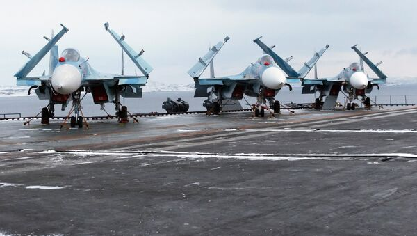 Višenamenski lovci Su-33 na palubi nosača aviona Admiral Kuznjecov - Sputnik Srbija