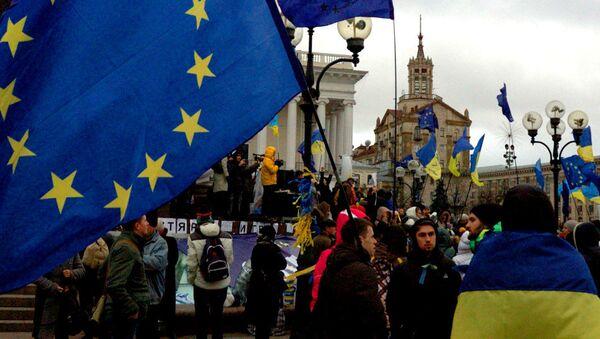 Грађани носе заставе Украјине и ЕУ на Мајдану у Кијеву - Sputnik Србија