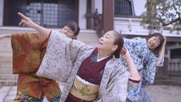 Japanke u kimonu plešu uz pesmu Bruna Marsa - Sputnik Srbija